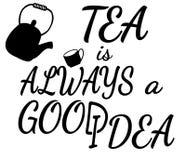 El té es siempre una buena idea que pone letras con la tetera y la taza Imagen de archivo libre de regalías