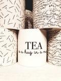 El té es un abrazo en una taza imagenes de archivo