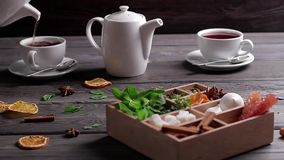 El té es vierte en la taza almacen de metraje de vídeo