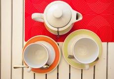 El té negro de la fruta está preparado en una tetera Imagen de archivo libre de regalías