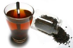 El té se derramó fuera del tarro y de un vidrio de té Foto de archivo libre de regalías