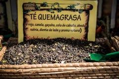 El té vendió en un mercado tradicional en Granada Imagenes de archivo