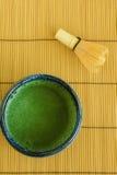 El té verde y bate Fotos de archivo libres de regalías