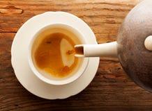 El té vierte el café de madera de la tabla del pote de la taza Imagen de archivo