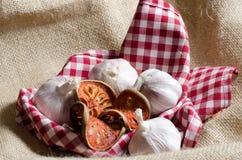 El té y el ajo secados del bael pusieron la cubierta roja de scott por los BU del vintage Fotos de archivo libres de regalías