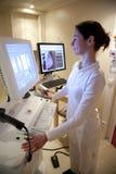 El técnico de la radiología realiza la prueba de la mamografía Imagen de archivo libre de regalías