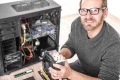 El técnico del ordenador instala el sistema de enfriamiento Foto de archivo libre de regalías