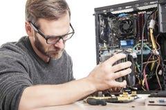 El técnico del ordenador instala el sistema de enfriamiento Fotografía de archivo