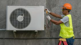 El técnico está comprobando el acondicionador de aire foto de archivo libre de regalías
