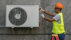 El técnico está comprobando el acondicionador de aire imágenes de archivo libres de regalías