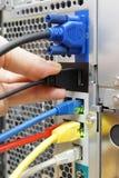 El técnico está conectando el dispositivo con un servidor imagenes de archivo