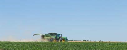 El técnico trabaja en el campo para la cosecha imagen de archivo
