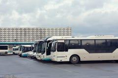 El término de autobuses, muchos coches Fotografía de archivo