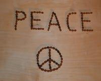 El título y el icono de la paz en la tabla de madera con 3D sombrean efecto foto de archivo