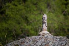 El tótem en la roca en Saco hace Mamangua - Paraty - RJ Foto de archivo