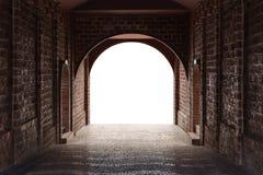 El túnel de la calzada hecho por el ladrillo rojo y el blanco medio aisló el espacio Fotografía de archivo libre de regalías