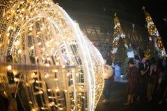 El túnel de la luz adorna hermoso en la celebración del árbol de navidad Imágenes de archivo libres de regalías