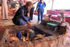 El té beduino de la porción a los turistas que visitan el campo beduino en Wadi Rum abandona, Jordania Imagen de archivo