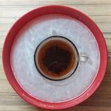 El té y la leche están en un cuenco rojo Fondo Imagenes de archivo