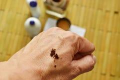 El tabaco nasal seco en la mano trasera lista para inhala Fotos de archivo libres de regalías