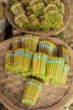 El tabaco rodó en las hojas, vendidas en mercado en Myanmar Fotos de archivo libres de regalías