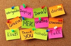 El tablón de anuncios con las notas que dice el ` le agradece ` adentro foto de archivo