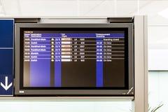 El tablero con el horario de salidas de aviones indica lo más tarde posible Imagen de archivo
