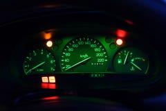El tablero de instrumentos de un coche en la noche fotografía de archivo libre de regalías