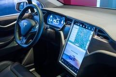 El tablero de instrumentos de un del mismo tamaño, totalmente eléctrico, de lujo, modelo X de SUV Tesla de la cruce Foto de archivo libre de regalías