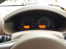 El tablero de instrumentos dice la velocidad del coche, nivel del calor, combustible imagen de archivo