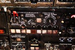 El tablero de instrumentos en el helicóptero soviético viejo Imagen de archivo