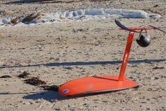 El tablero de resaca de la cometa en la playa, está listo fotografía de archivo libre de regalías