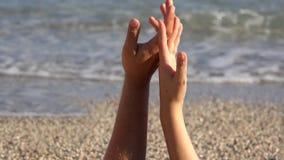 El tacto apacible, amantes da jugar, tacto del finger, cierre para arriba, playa, el agitar del mar almacen de video