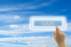 El tacto de la mano del niño APRENDE el botón Imagen de archivo libre de regalías