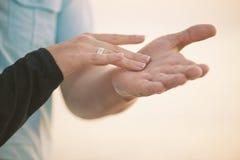 El tacto de las manos de los amantes foto de archivo