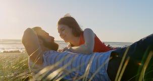El tacto hermoso feliz de la mujer sirve la nariz en la playa 4k almacen de metraje de vídeo