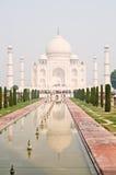 El Taj Mahal y piscina de reflejo Foto de archivo libre de regalías