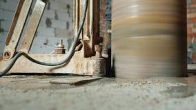 El taladro potente con los agujeros de taladros de una extremidad del diamante para hacer comunicaciones en la casa Tiro del ángu almacen de video