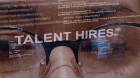 El talento emplea el texto en fondo del desarrollador de sexo femenino almacen de video