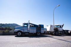 El taller de reparaciones móvil en base de remolcar semi el camión es repairin fotografía de archivo