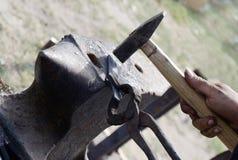 El taller del herrero al aire libre de hacer la herradura Imagenes de archivo