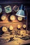 El taller del relojero con muchos relojes Imagen de archivo