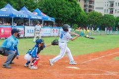 El talud acaba de faltar la bola en un juego de béisbol Foto de archivo