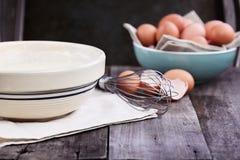 El talud de crepe bate y los huevos frescos Fotografía de archivo libre de regalías