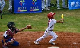 El talud desconocido golpeó la bola en un juego de béisbol Fotografía de archivo libre de regalías