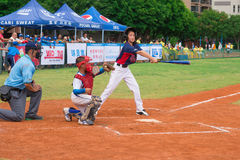 El talud faltó la bola en un juego de béisbol Imagen de archivo libre de regalías