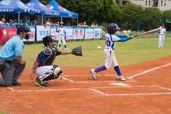 El talud faltó la bola en un juego de béisbol Foto de archivo