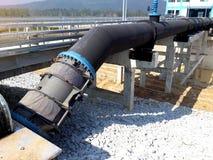 El tamaño grande de la tubería de acero y de la colocación conecta con la torre del consumo de agua imagen de archivo libre de regalías