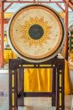 El tambor de cuero grande en un templo budista tailandés foto de archivo