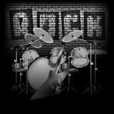 El tambor fijó con la roca y la pared de ladrillo de la guitarra eléctrica Imagen de archivo libre de regalías